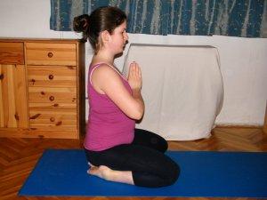 """9. Kiinduló pozíció - kényelmes sarokülésben, egyenes háttal, """"imádkozó kéztartás"""""""