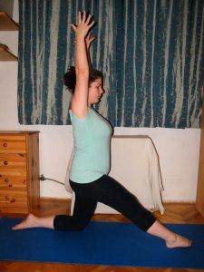 5.Hozd előre jobb lábad nyújtott tartásba a LOVAS gyakorlathoz: Belégzés – két karral nyújtózz fölfelé a fülek mellett, legyen egyenes a gerinced