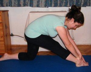Kilégzés – nyújtott karral dönts előre az elöl lévő lábadra Ismételd meg 4x a gyakorlatot!